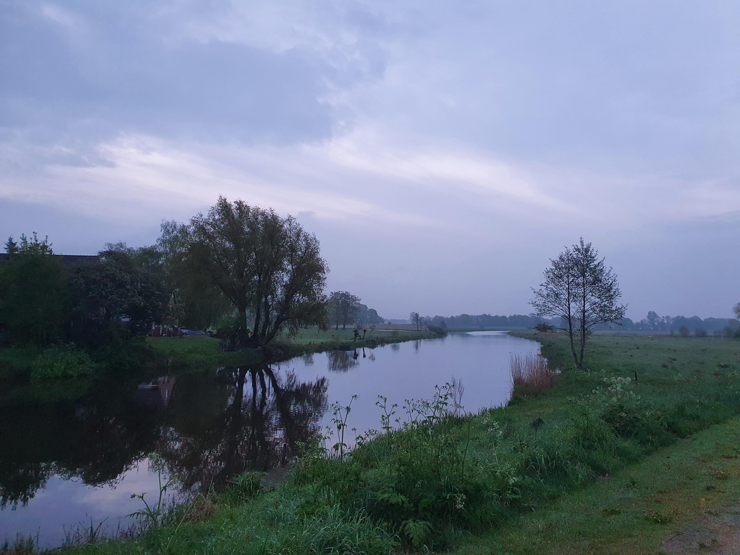 De Overijsselse Vecht bij het eerste bleke daglicht, Gramsbergen, woensdagochtend 12 mei